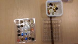 mettre un bouton par trou dans des boites (ex : un socle de ferrero)