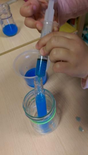 avec seringue de doliprane, tube a essai récupéré dans une salade SODEBO eau+colorant alimentaire ou gouache